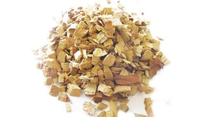 樟脳の原料となるチップ状の樟(クスノキ)