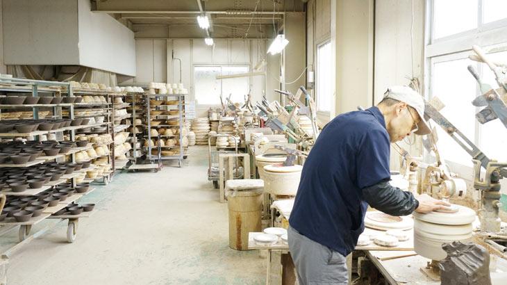 丸十製陶の工場
