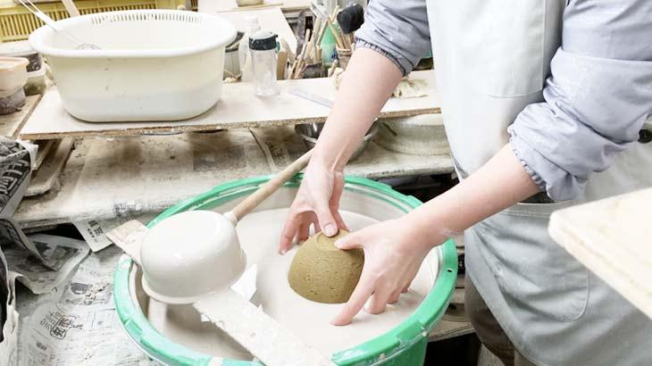 信楽焼の作業工程 釉薬塗り