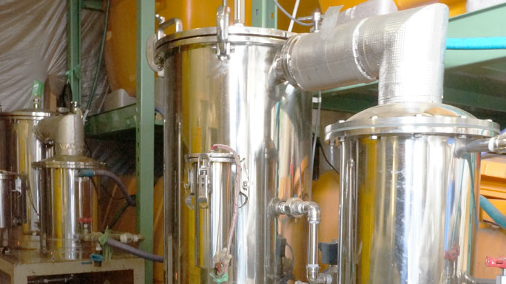 純国産アロマシリーズ「日本の香り」の生産現場、蒸留器