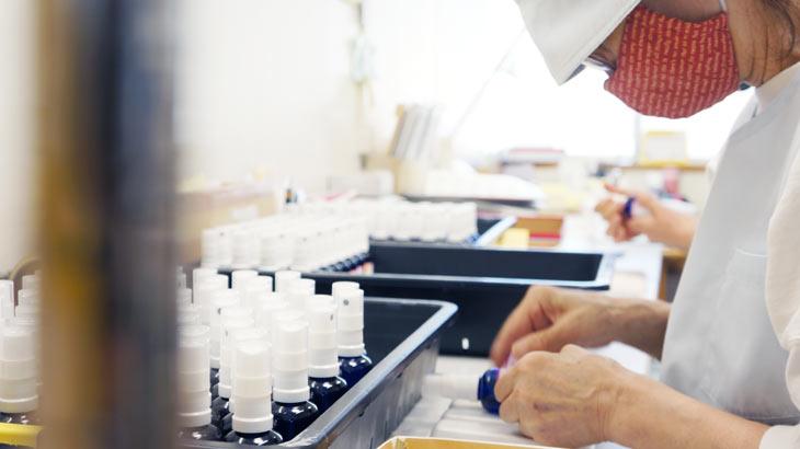 日本の香りシリーズを製造する際のラベリング作業