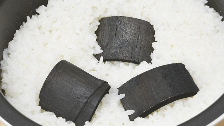 竹炭を白米に入れた画像