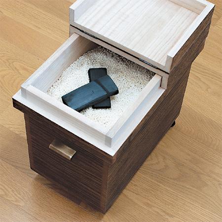 竹炭を米びつに入れた写真